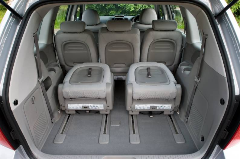 kia sedona 2006 2012 used car review car review. Black Bedroom Furniture Sets. Home Design Ideas