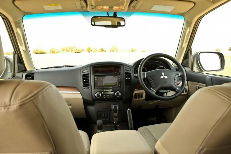 Mitsubishi Shogun (2009 - 2011) used car review   Car review